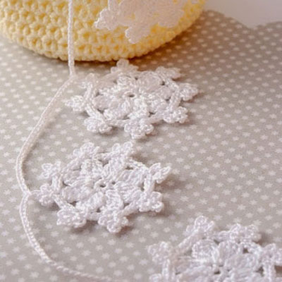 Crocheted snowflake garland - free crochet pattern