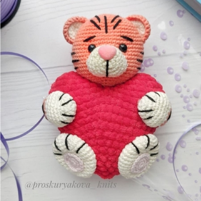 Amigurumi tiger with a heart (free amigurumi pattern)