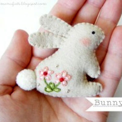 Embroidered felt bunny brooch ( with embroidery pattern )