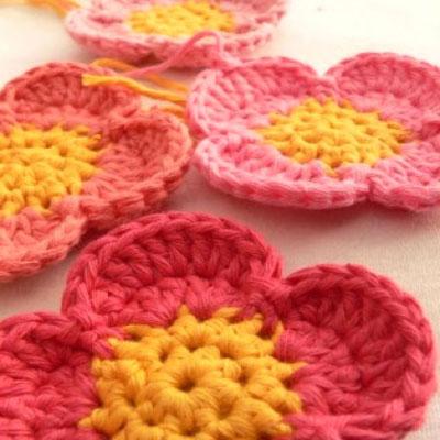 Simple crochet flowers ( with crochet pattern )